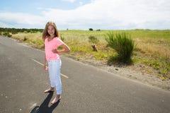 Un adolescente viaja descalzo en un camino vacío Fotografía de archivo libre de regalías
