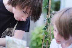 Un adolescente y el jugar del muchacho Imágenes de archivo libres de regalías