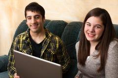 Las adolescencias estudian con el ordenador portátil Imagen de archivo