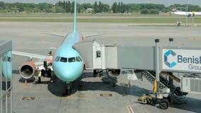 Un aereo è parcheggiato affinchè il tunnel sia attaccato archivi video
