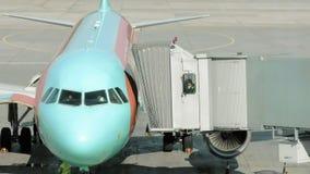 Un aereo è parcheggiato affinchè il tunnel sia attaccato stock footage
