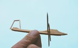 Un aereo casalingo di legno del giocattolo Fotografia Stock