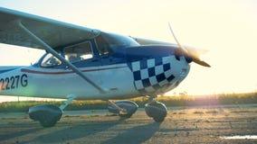 Un aereo con l'elica girante, fine su archivi video