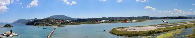 Un aereo di atterraggio all'aeroporto di Corfù immagini stock libere da diritti