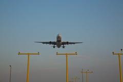 Un aereo di Boeing che entra in terra Fotografie Stock Libere da Diritti
