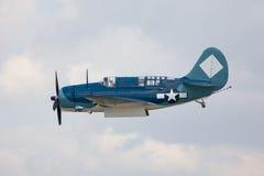 Un aereo di elemento portante del blu marino fa un flyby Fotografia Stock Libera da Diritti