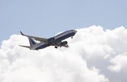 Un aereo di linea 737 sull'avvicinamento finale a terra Fotografie Stock