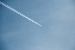 Un aereo lascia la traccia delle scie Immagine Stock Libera da Diritti