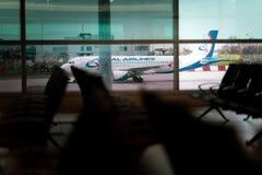Un aereo nei precedenti di rullaggio dell'aeroporto internazionale di Praga fotografia stock libera da diritti