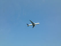 Un aereo nel cielo Fotografia Stock