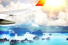 Un aereo passeggeri sorvola un insieme delle isole in Tailandia, Phuket Siluetta dell'uomo Cowering di affari fotografia stock libera da diritti