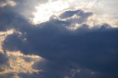 Un aereo sulla luce di sera e sul cielo dell'ombra Fotografia Stock