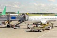 Un aerodromo europeo moderno con gli aerei del servizio degli aerei e la t Fotografia Stock