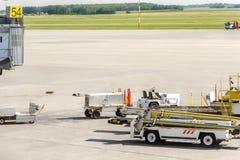 Un aerodromo europeo moderno con gli aerei del servizio degli aerei e la t Immagini Stock Libere da Diritti