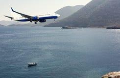 Un aeroplano che sorvola un mare fotografie stock libere da diritti
