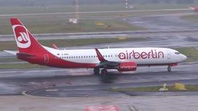 Un aeroplano de Air Berlin está llevando en taxi en un aeropuerto almacen de metraje de vídeo