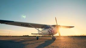 Un aeroplano en un fondo de la puesta del sol, cierre para arriba almacen de video