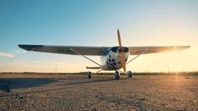 Un aeroplano ligero en un campo de aviación, cierre para arriba metrajes
