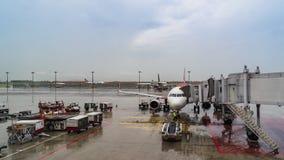 Un aeroplano stazionario all'imbarco dei passeggeri di Singapore dell'aeroporto di Changi video d archivio