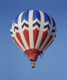 Un aerostato di aria calda rosso, bianco e blu fotografia stock libera da diritti
