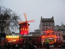 Un affichage égalisant des lumières du Moulin rouge à Paris photos stock
