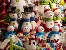 Un affichage des bonhommes de neige montrés comme des Carolers de Noël Photographie stock libre de droits