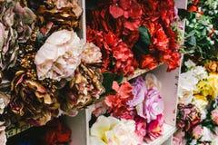 Un affichage des fleurs artificielles à vendre dans ce magasin Image libre de droits