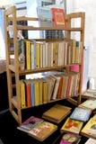 Un affichage sur le marché sur une étagère de livre Image stock