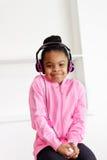 La muchacha feliz escucha la música Imagen de archivo