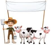 Un agricoltore e le sue mucche vicino all'insegna vuota Fotografia Stock