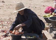 Un agricoltore ordina i suoi prodotti restanti all'estremità del mercato locale di berbero Immagini Stock Libere da Diritti