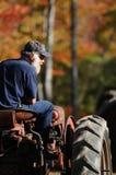 Un agricoltore sul suo trattore ad una caduta giusta in panino, New Hampshire Immagini Stock