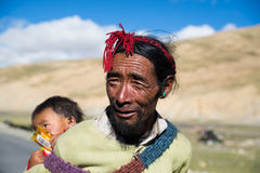 Un agricoltore tibetano con il suo bambino immagine stock