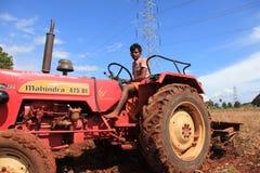 Un agricoltore in un trattore Fotografie Stock Libere da Diritti
