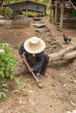 Un agriculteur creusant par la pelle, préparent à la plantation Photo libre de droits
