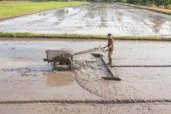 Un agriculteur laboure avec le tracteur Image stock