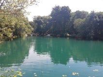 Un agua de superficie verde marina en descanso en la parte inferior de las grandes cascadas del krka Foto de archivo libre de regalías
