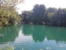 Un agua de superficie verde marina en descanso en la parte inferior de las grandes cascadas del krka Fotografía de archivo libre de regalías