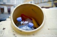 Un agujero de la papelera de reciclaje Fotos de archivo