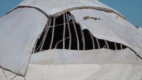 Un agujero en la cubierta de la bóveda de un yurt almacen de video