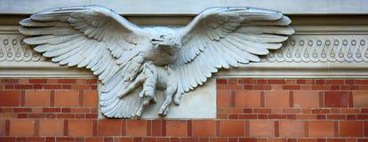 Un aigle avec un agneau dans ses griffes un élément architectural images libres de droits