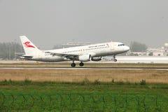 Un Airbus 320 che atterra sulla pista Immagine Stock Libera da Diritti