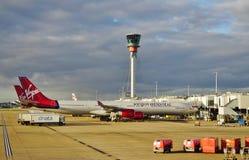 Un Airbus A330 dalla linea aerea britannica Virgin Atlantic (CONTRO) fotografia stock