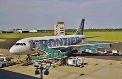 Un Airbus A319 de Frontier Airlines Imágenes de archivo libres de regalías