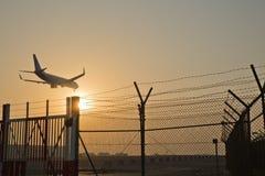 Un Airbus A330 entrant dans la terre Photos libres de droits