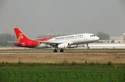 Un Airbus 320 que aterriza en la pista Foto de archivo