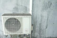 Un aire acondicionado más viejo en la pared Compresor del acondicionador de aire Imagen de archivo