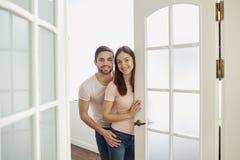 Un ajouter aux sourires ouvre la porte à leur maison photographie stock libre de droits
