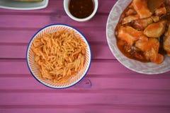 Un ajuste de la tabla puso con los platos de la comida oriental con arroz y el pollo Foto de archivo