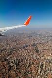 Un ala del aeroplano sobre la tierra con paisaje beautyful imagenes de archivo